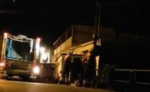 Graban a dos trabajadores de limpieza en Marbella tirando bolsas de basura a un arroyo