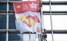 El 'Spiderman francés' escala un rascacielos de Hong Kong para llamar a la reconciliación con China