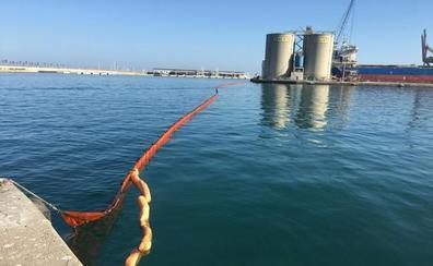Un ferry vierte 8.000 litros de gasóleo en el interior del Puerto de Málaga