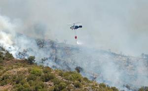 Diez medios aéreos y 150 bomberos forestales continúan con los trabajos de extinción del incendio en Estepona