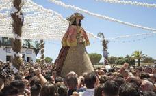 La Virgen del Rocío procesiona por la aldea antes de su traslado a Almonte