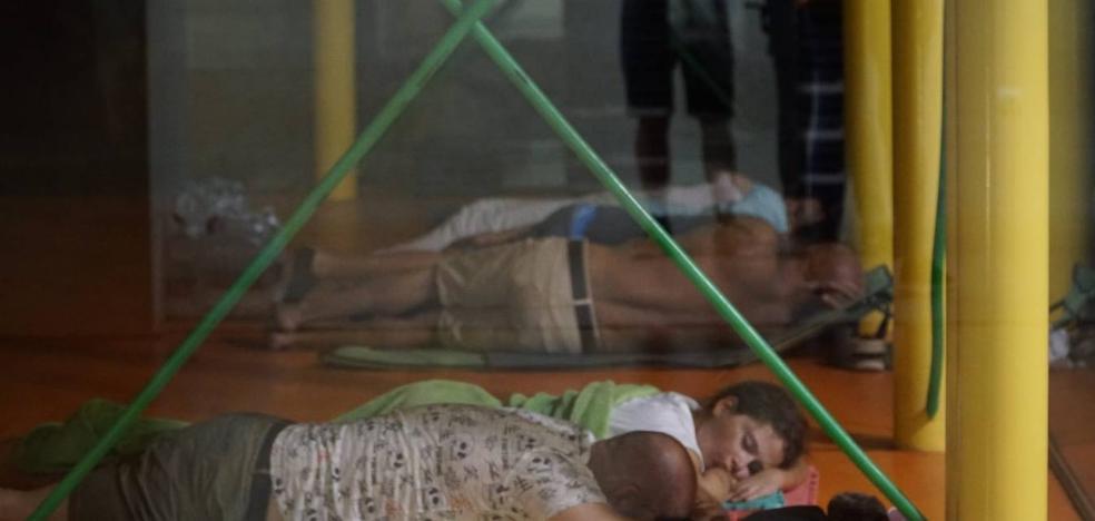 Unas 144 personas pasan la noche en el polideportivo de El Carmen tras ser desalojadas