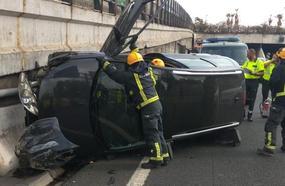 Un herido y dos kilómetros de atascos tras volcar un coche a la salida del falso túnel de Carlos Haya
