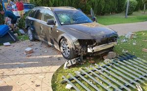 Un menor rompe el muro de un colegio y termina en el patio tras coger el coche de su padre
