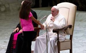 El insólito vídeo de la niña enferma que interrumpió la audiencia del Papa Francisco