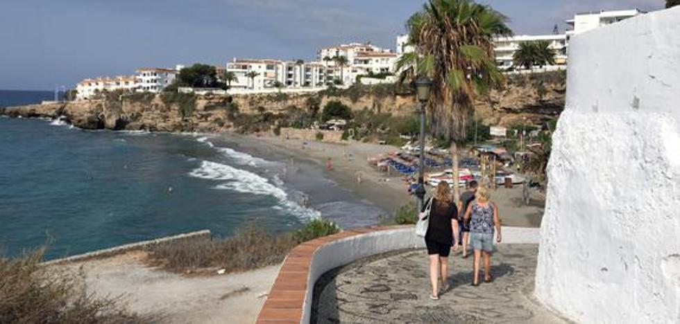 A man is injured when he falls from a five-meter wall on a beach in Nerja
