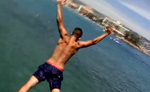 Vídeo | Saltan al mar desde un acantilado en Mojácar y acaban siendo rescatados por un helicóptero