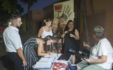 La familia de Lucía Vivar lleva a la Feria de Málaga la recogida de firmas para la reapertura de la causa penal