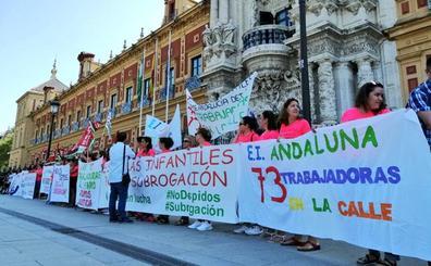Protestan ante la sede de la Junta por el despido de 73 trabajadoras de escuelas infantiles