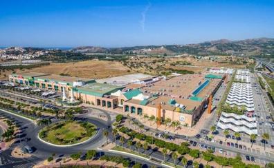 Detenida una madre por dejar a dos bebés de año y medio en el coche mientras compraba en el centro comercial de Vélez-Málaga