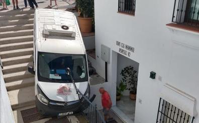 Una furgoneta cae por unas escaleras en el casco histórico de Frigiliana