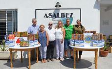 La Asociación Malagueña de Esclerosis Múltiple dona alimentos para los usuarios de ASALBEZ de Rincón de la Victoria