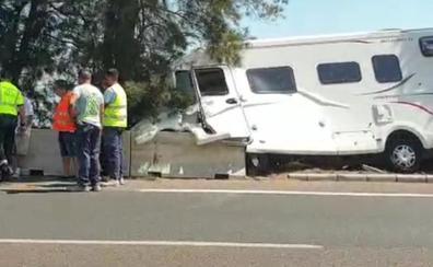 Retenciones en la AP-7 tras salirse de la vía una autocaravana a la altura de Benalmádena