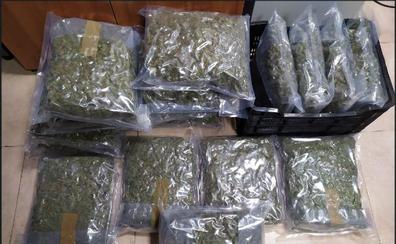 Sorprendido con 17 kilos de marihuana en su coche junto a la torre vigía de Maro