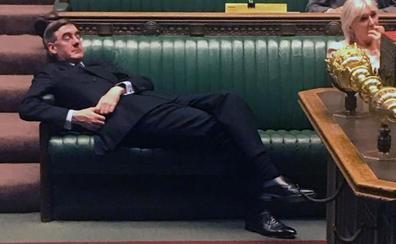 Jacob Rees-Mogg, el 'tory' sorprendido durmiendo una siesta durante el debate del Brexit