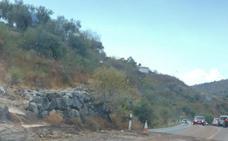 Una tromba de agua complica la circulación en la Carretera del Arco entre Colmenar y Riogordo