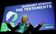 Margaret Atwood: «Que los antiabortistas paguen al menos a las embarazadas»