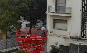 El Ayuntamiento de Málaga retira dos mosaicos de Invader, que se suman como prueba al caso contra el artista