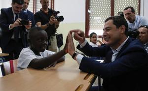 Moreno Bonilla apela a la educación como «elemento de integración» en un colegio de La Palmilla