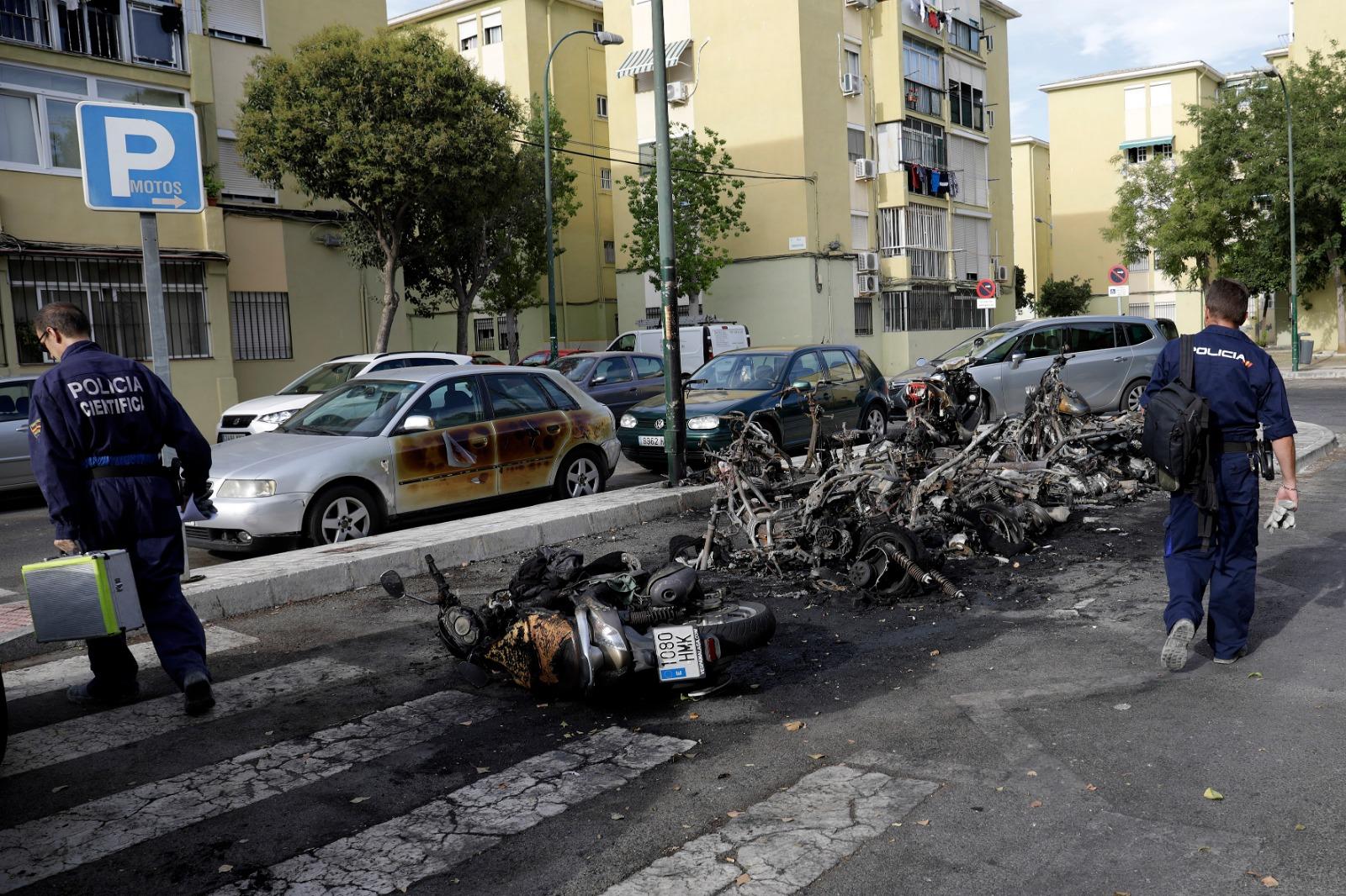 Arden 23 vehículos en varios incendios en apenas dos horas en Málaga capital
