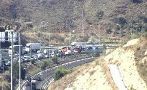 Un accidente de un camión provoca retenciones en la A-7 a la altura de Málaga