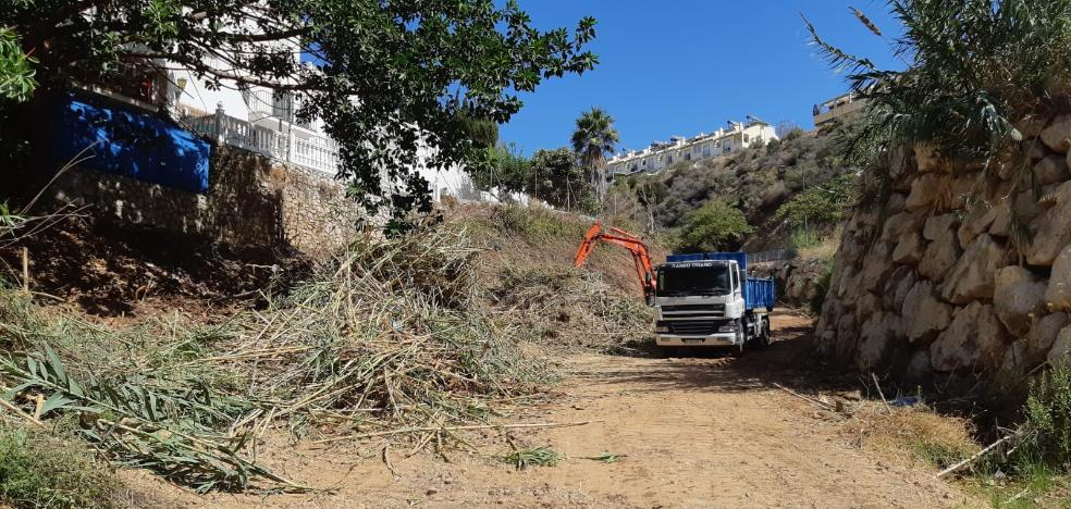 Environment advances in cleaning and clearing the mouths of the Rincón de la Victoria streams
