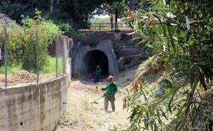 Desbrozan el cauce de ocho arroyos de Estepona para evitar inundaciones