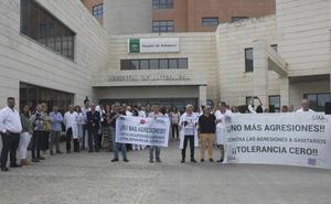 Concentración de protesta en el Hospital de Antequera por una agresión verbal a tres trabajadores del centro