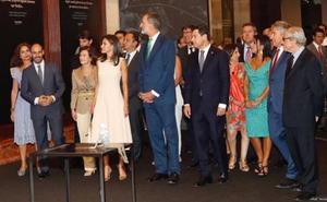 Los Reyes inauguran la exposición 'El viaje más largo' que rememora en Sevilla la primera vuelta al mundo en barco