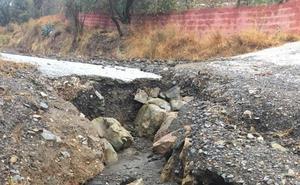 La salida de un arroyo deja incomunicadas 45 familias en una cortijada de Vélez-Málaga