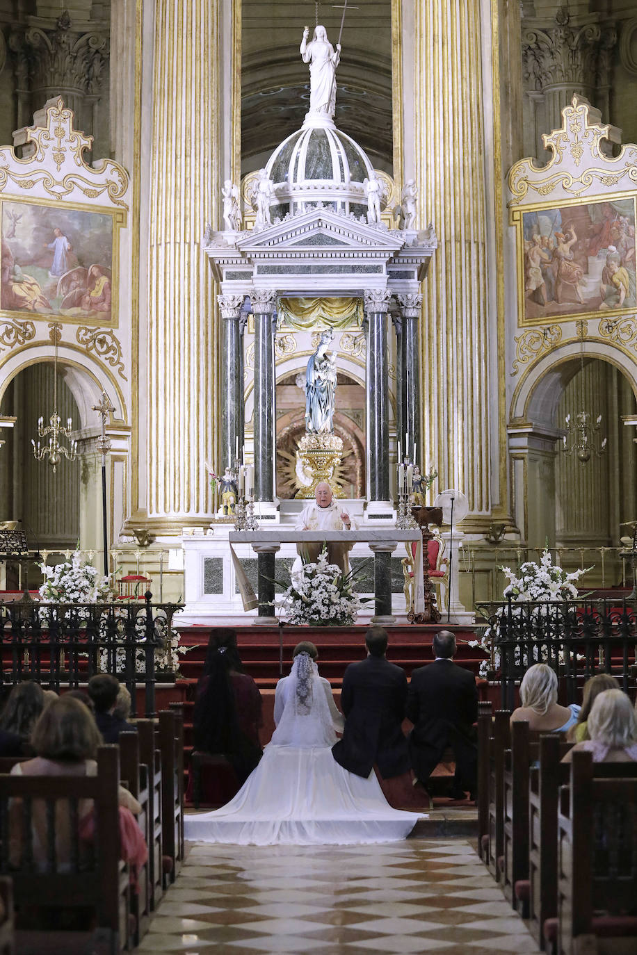 Bodas en la Catedral de Málaga tras la lluvia