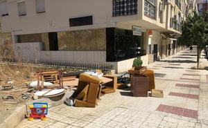 Olletas: muebles tirados en la calle
