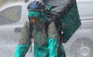 La foto 'fake' de un repartidor bajo la gota fría que se ha hecho viral