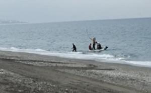 Buscan a tres inmigrantes llegados en una patera a una playa de Torrox