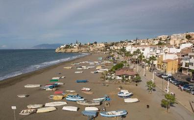 Medio Ambiente desarrolla una campaña de ordenación y control de los varaderos en las playas de Rincón de la Victoria