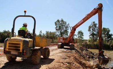 Maquinaria pesada para quitar las toneladas de fango, cañas y residuos que taponan el Guadalhorce