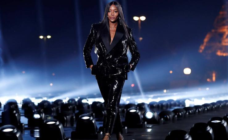 Naomi Campbell pone el broche de oro al desfile de Saint Laurent en París