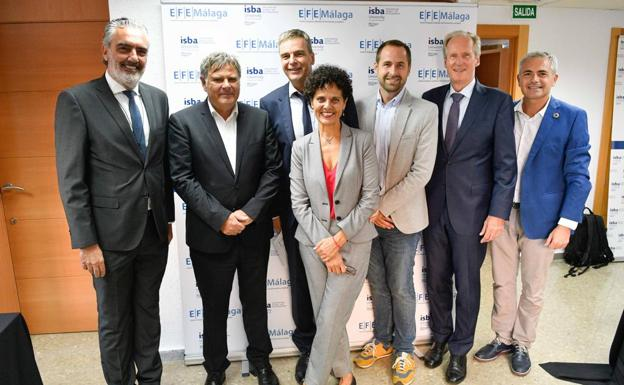 Luis Callejón, presidente de AEHCOS; Arnulf Braun, cónsul de Alemania en Málaga; Mikael Rittner, director de EFEMálaga; Tanya Cevallos, directora EFEMálaga; Luis Verde, concejal de Educación; Wolfgang Schuster, exalcalde de Stuttgart y presidente de la European Foundation for Education y Julio Andrade, presidente de CIFAL. /GERMÁN POZO