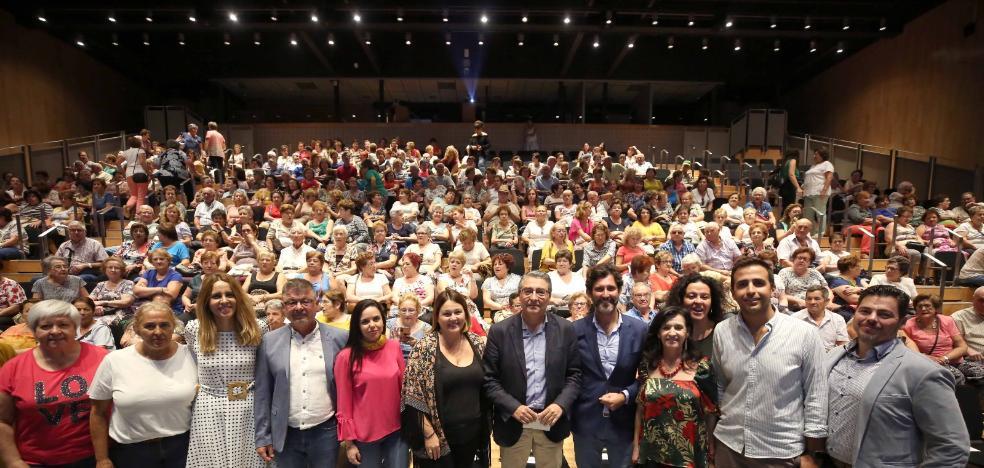 Más de 400 vecinos de la Axarquía participan en el Día Internacional del Mayor