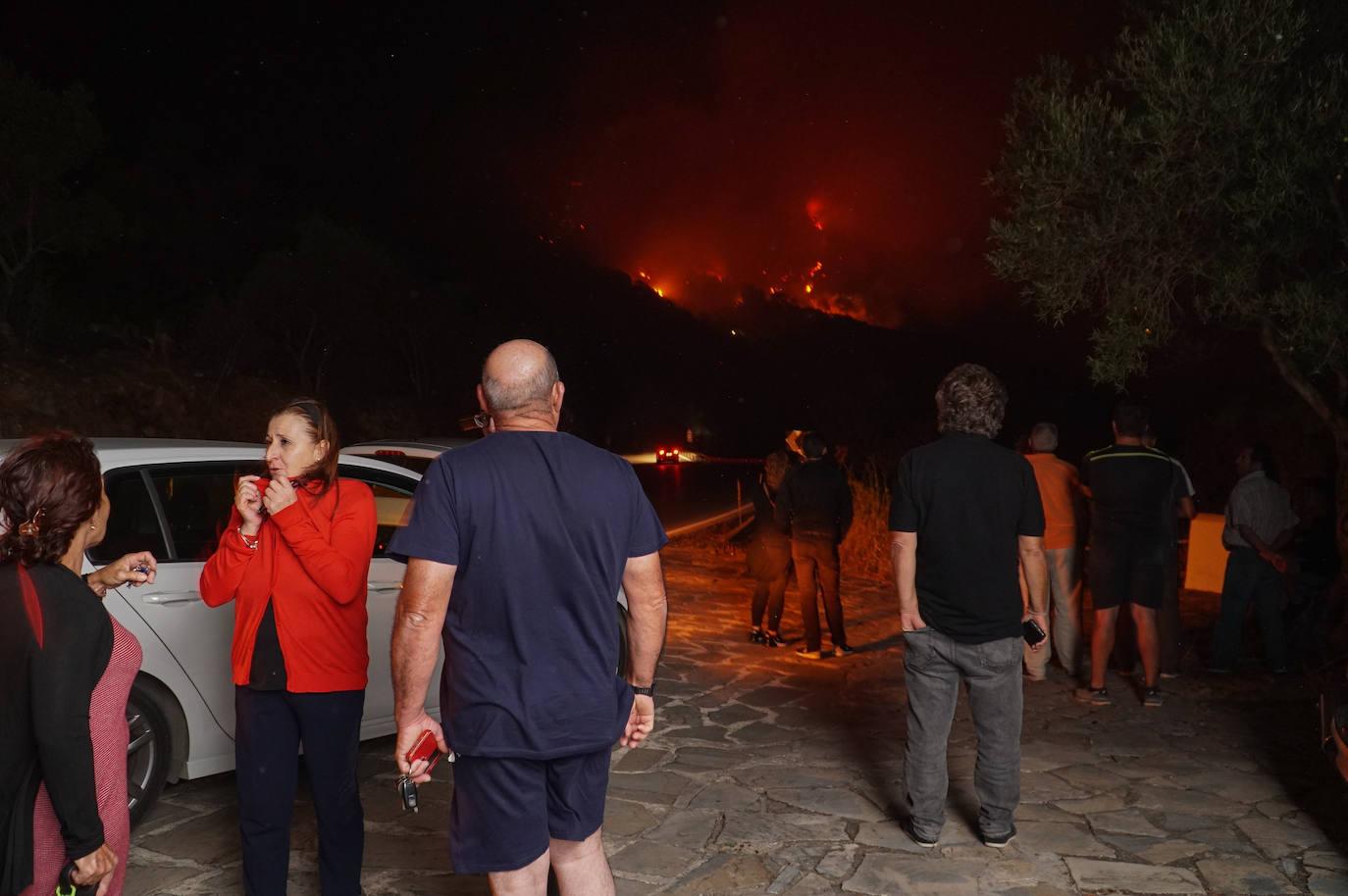 Vídeo   Las llamas obligan a desalojos en el incendio forestal de Casares