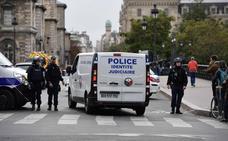 Un hombre mata a cuatro policías con un cuchillo en París