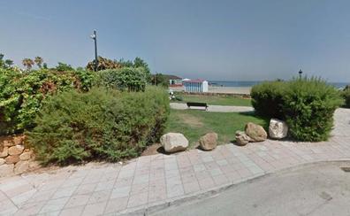 Investigan el fallecimiento de un inmigrante en una playa de Manilva