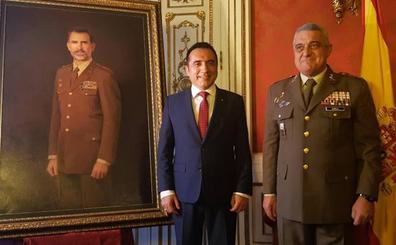 El pintor Antonio Montiel entrega en Madrid el retrato real de Felipe VI