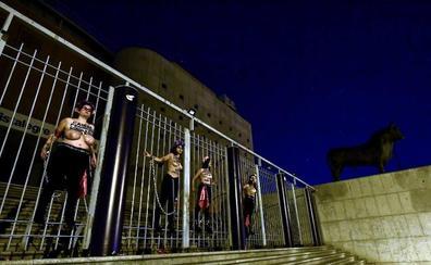 La Policía desaloja a cuatro activistas de Femen encadenadas en Vistalegre antes del mitin de Vox