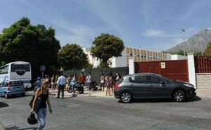 Casi medio centenar de policías controlan la entrada y salida de los centros escolares en Marbella