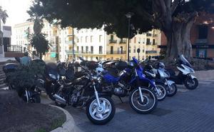 Avenida de Príes: motos sobre la acera