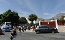 Casi medio centenar de policías controlan la entrada y salida de los centros escolares