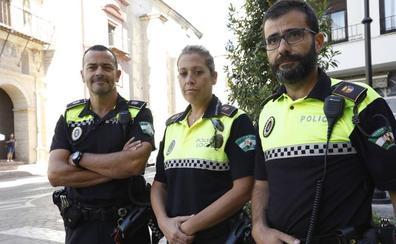 Tres policías locales salvan la vida a un bebé de 11 días que se estaba atragantando en la calle en Antequera