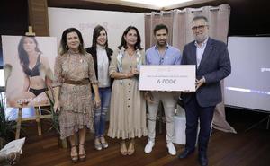 Gisela entrega 6.000 euros a la AECC de Málaga por la venta de un sujetador postoperatorio