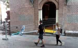 El Obispado instala una red para recoger cascotes en el interior de la iglesia del Sagrario